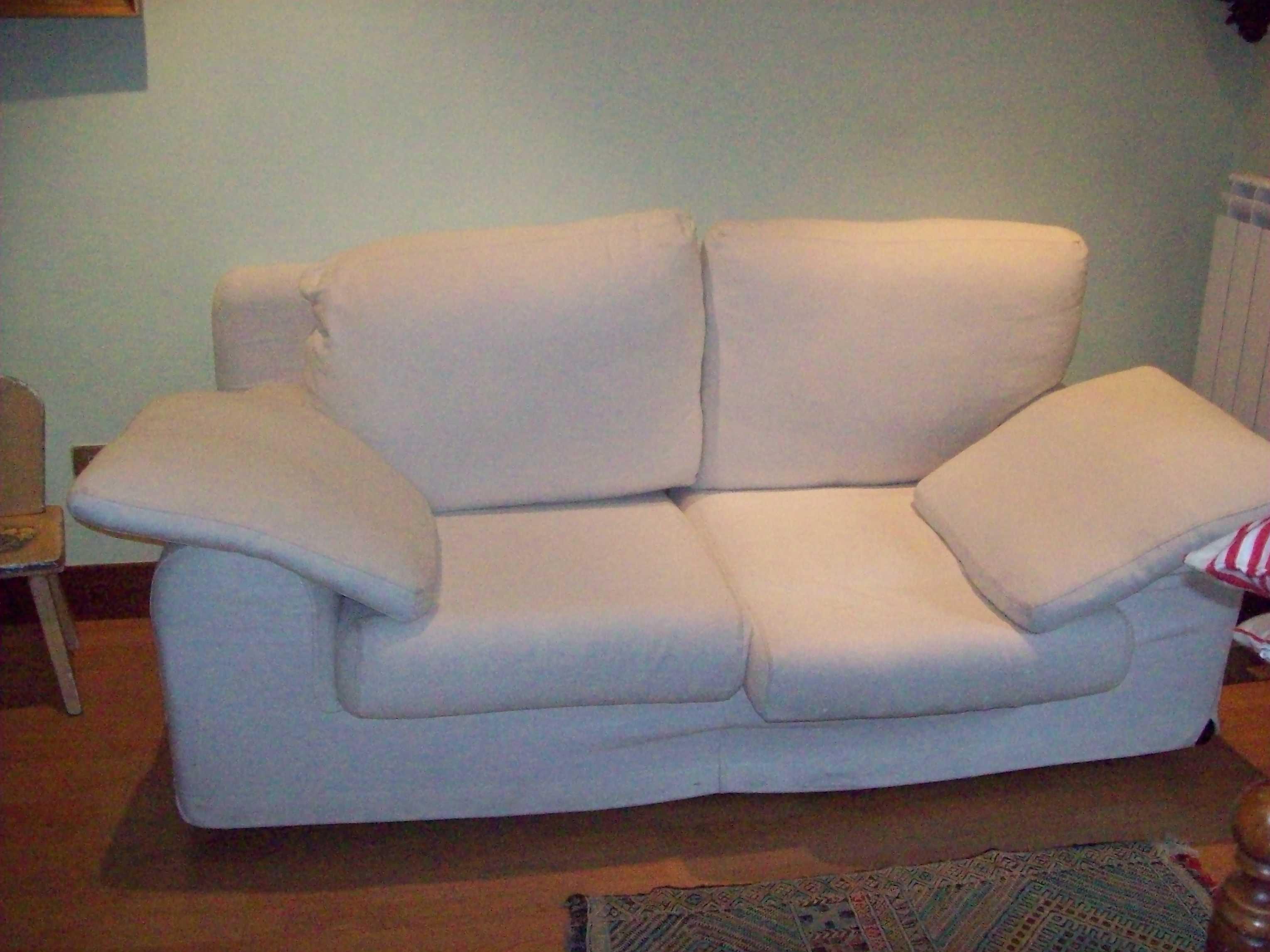 Sofa txuri polit bat / Un bonito sofá blanco